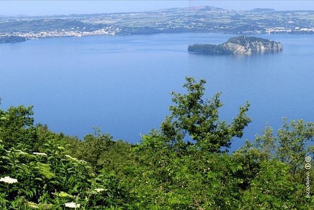 Il Lago di Bolsena e una delle sue selvagge isole
